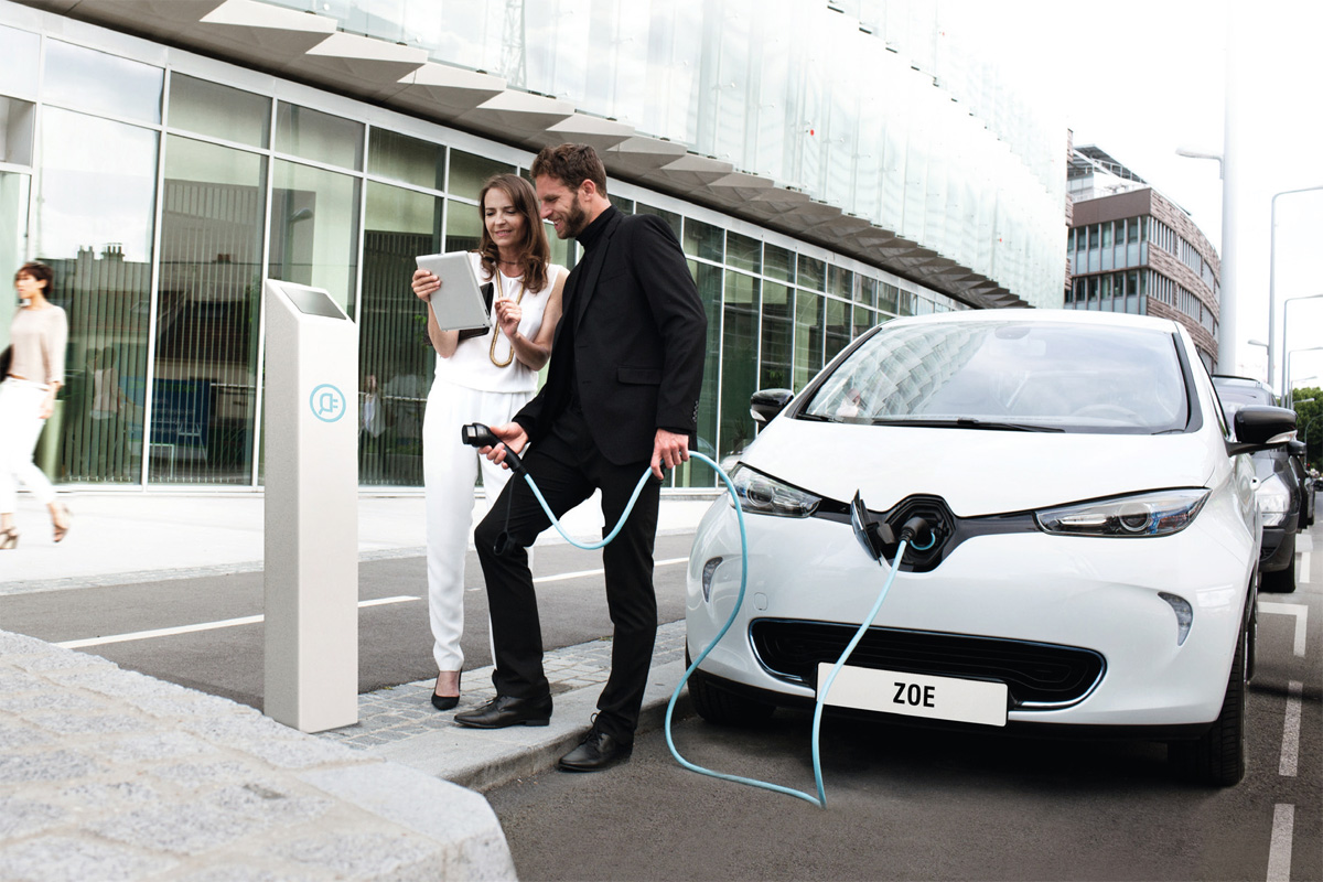 Fast Charging a Zoe (Image: Renault)