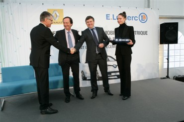 Carlos TAVARES, Chief Operating Officer, Renault group, Michel-Edouard LECLERC, Chairman of Centres E. Leclerc and Patrick BELLEC, owner of the E. Leclerc centre in Pont l'Abbé (Image: Renault)