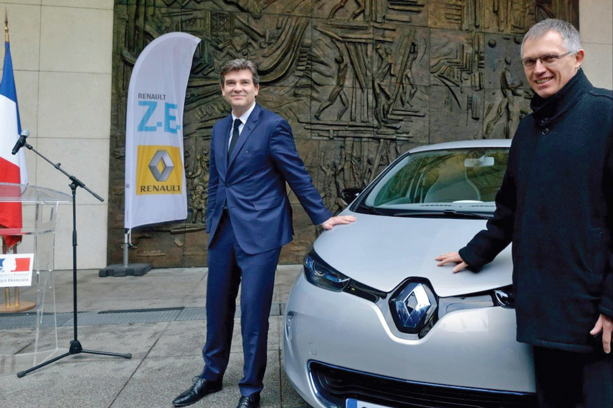 Renault ZOE delivered by Carlos Tavares to Arnaud Montebourg