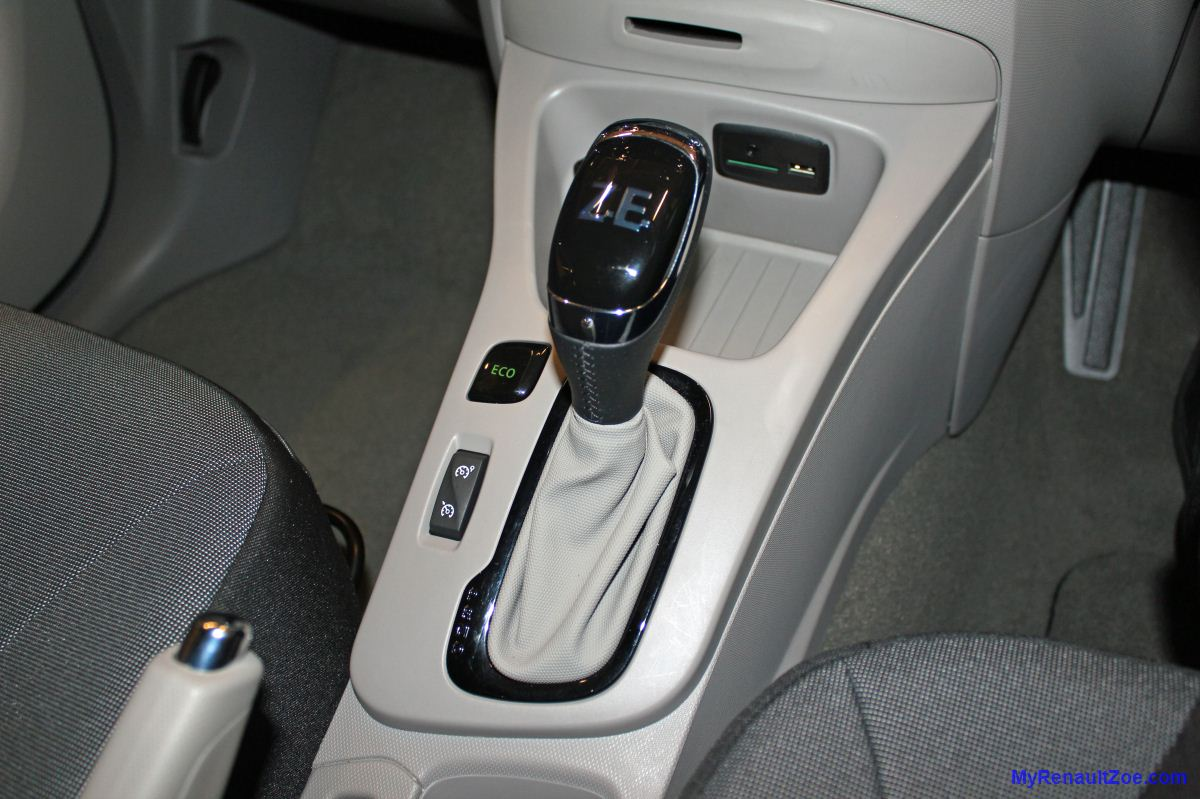 Centre Console with Cruise Control, Eco Button, Drive Selector and SD/USB slot (Image: T. Larkum)