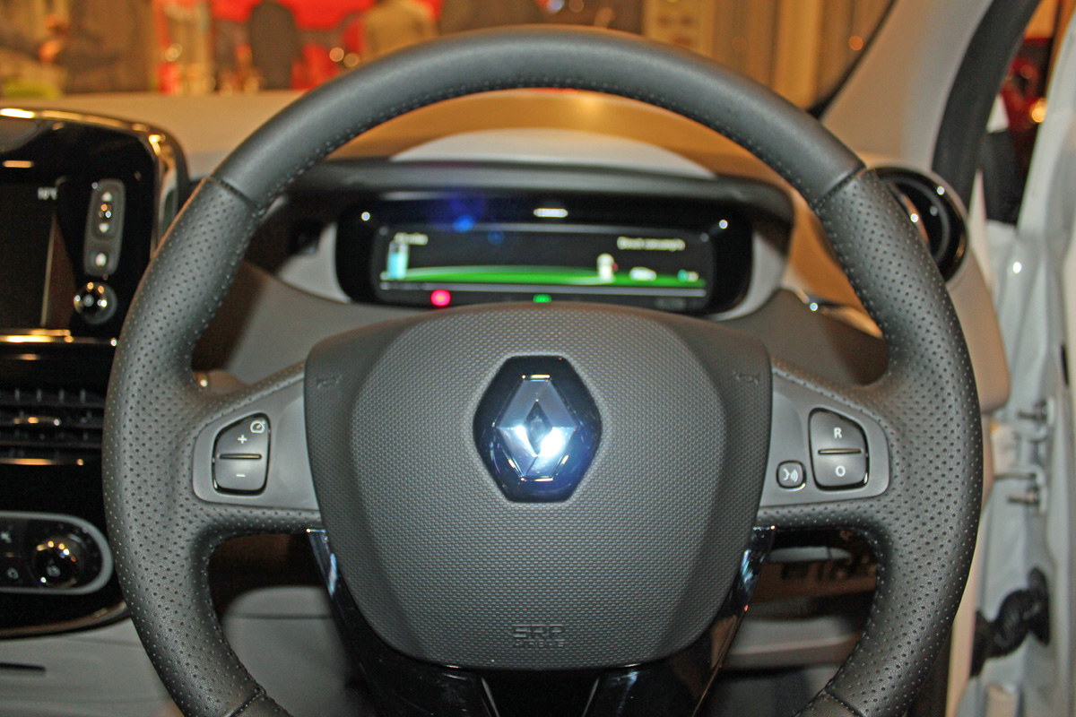 Cruise control buttons on steering wheel (Image: T. Larkum)
