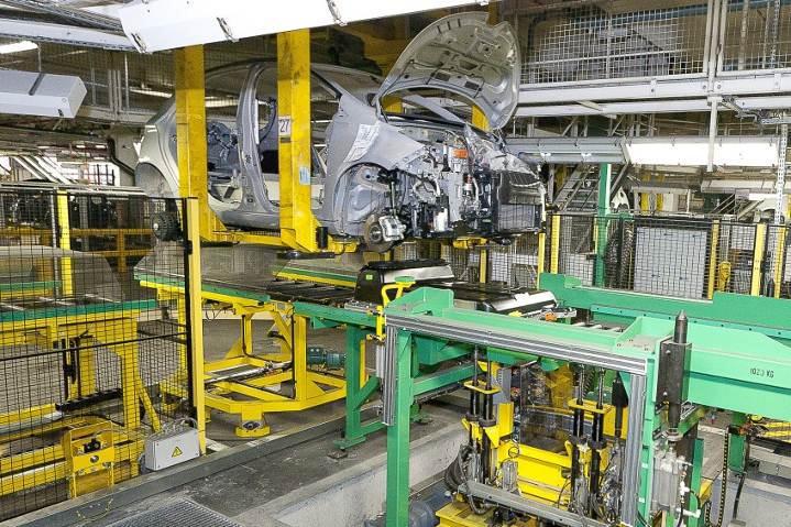 Battery Installation (Image: Renault)