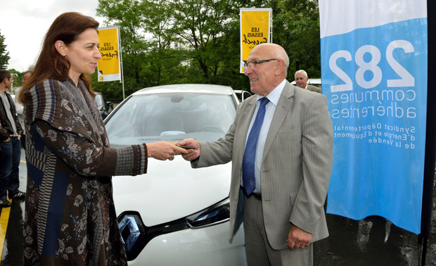 Béatrice Foucher, Managing Director of the electric vehicle with Jean-Claude Merceron, Senator of Vendée Region, President of SyDEV (Image: Renault)